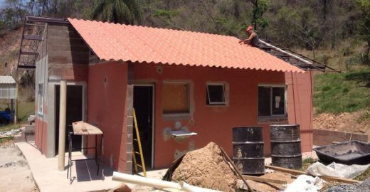 Pesquisadores mineiros fazem casa com lama de rejeitos