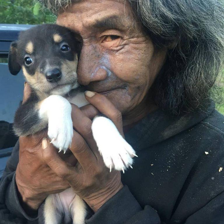 indígena com cachorro