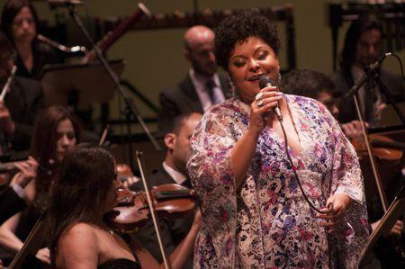 fabiana cozza canta junto a jazz sinfônica