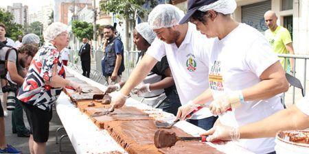 moradores do bairro do bixiga fazem o tradicional bolo do bixiga