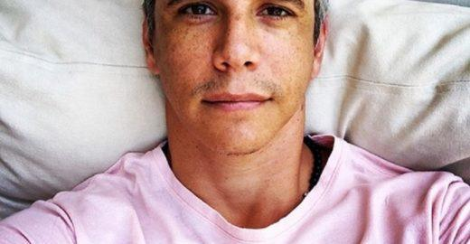 Marcio Garcia veste rosa e irrita apoiadores do governo