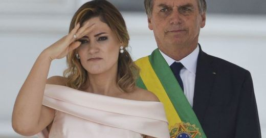 Época: Primeira-dama está na mira do MP por cheques de Queiroz