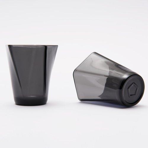 Copos fabricados com telas de smartphones recicladas