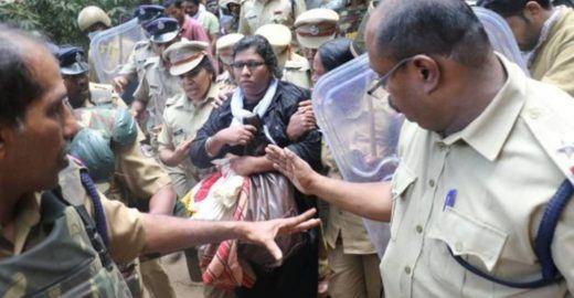 Mulheres visitam templo que por crença era banido a elas na Índia