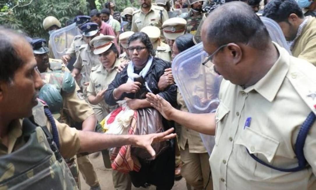 Desde a decisão que libera a entrada de mulheres no templo hindu, elas são impedidas por manifestantes conservadores.