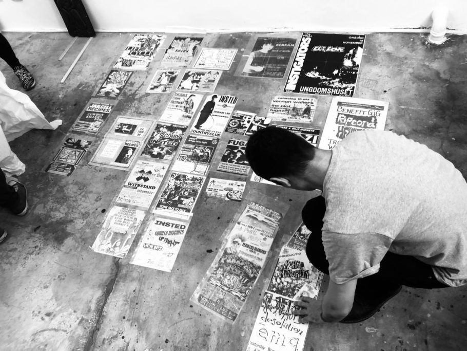rapaz confeccionando cartazes