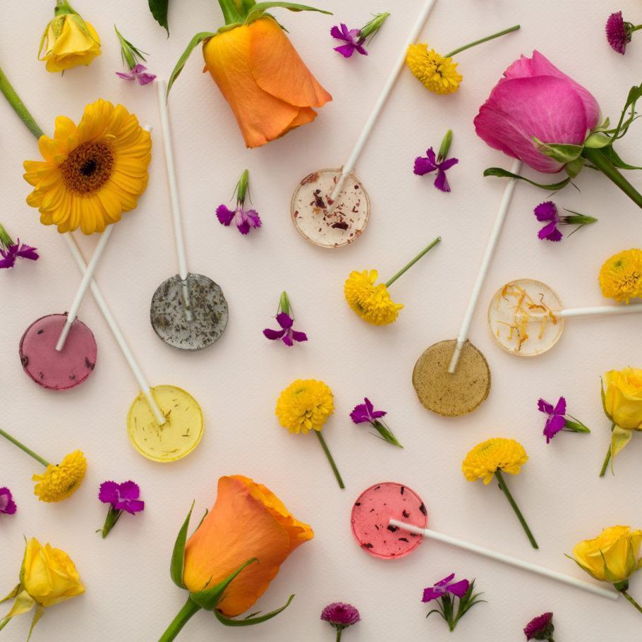 O pirulito vegano dá origem a ervas e flores quando seu cabinho é plantado na terra