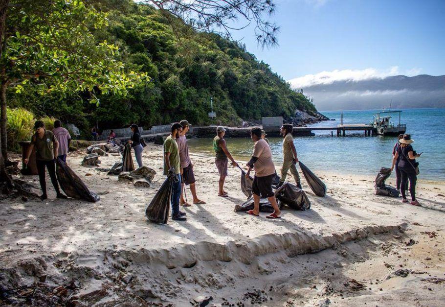 Prefeitura realizou um multirão de limpeza na praia do Forno