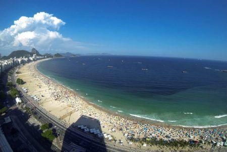 Praias são refúgios para moradores e turistas nos dias de sol