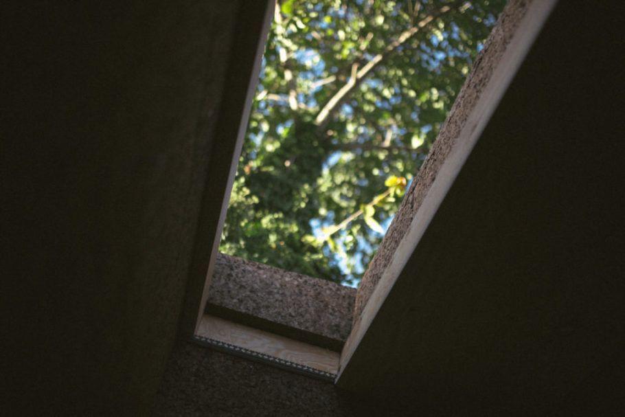 A cortiça foi usada nas paredes, no piso e no teto