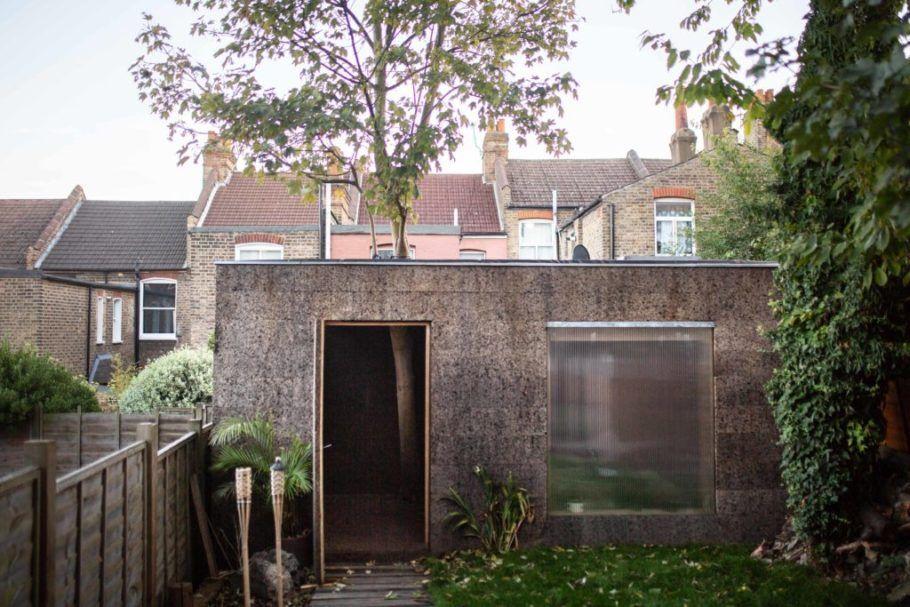 O prédio feito de cortiça é obra de um estúdio de arquitetura do Reino Unido
