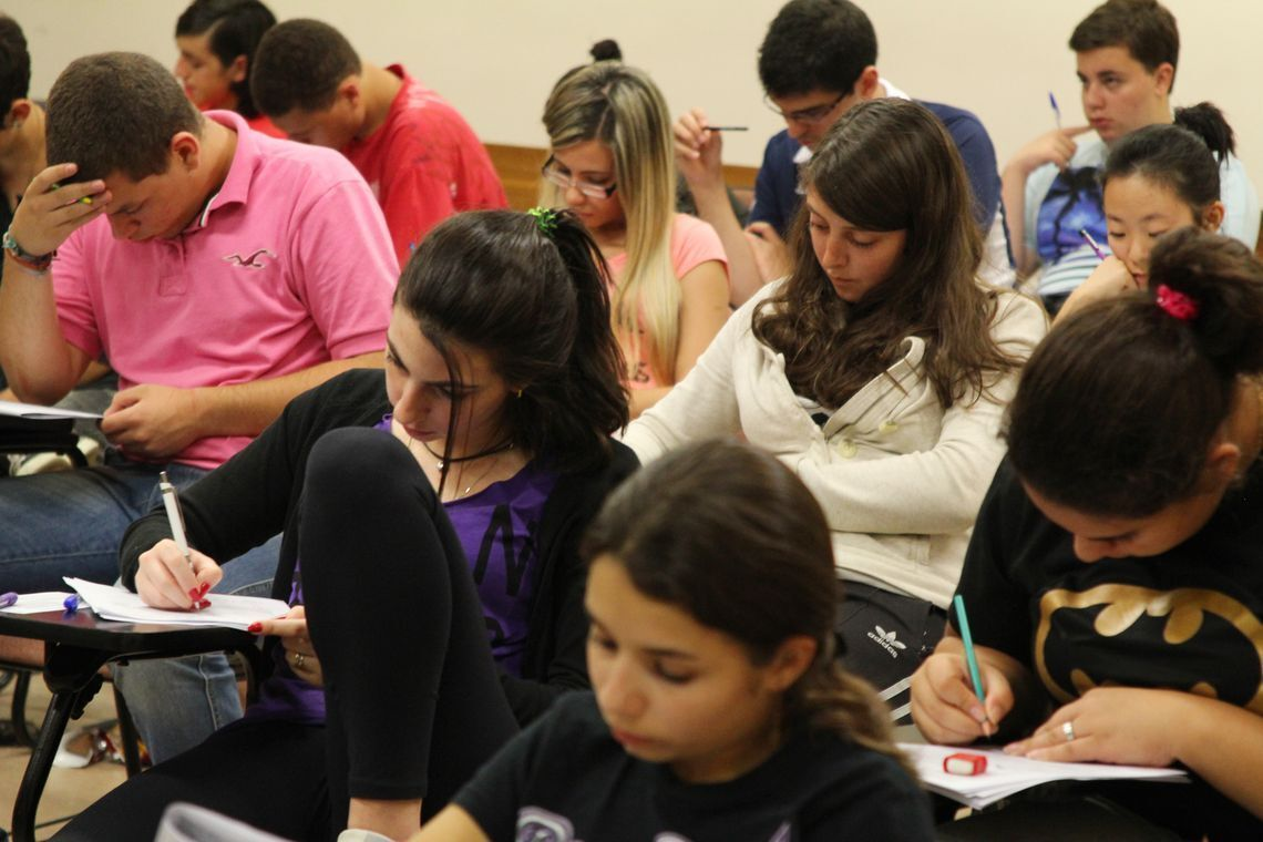 alunos fazendo prova do Enem