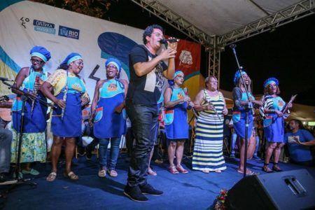 Marquinhos de Oswaldo Cruz comanda as rodas de samba da Feira das Yabás