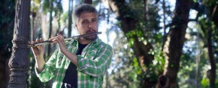 O show Sopro Rural é formado por Alexander Souza (sopro), Victor Mendes e Hugo Cardoso (viola caipira e baixo) e a atriz Aline Dias (percussão e atuação)