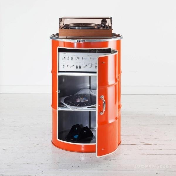 Os tambores de óleo reciclados também podem enfeitar a sala de música