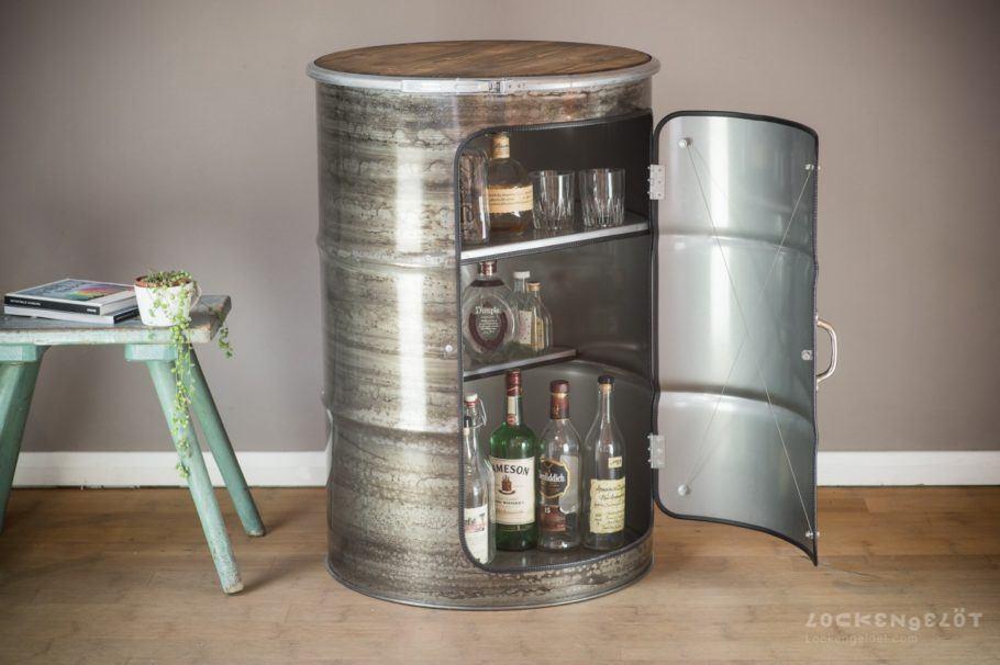 Um charmoso nicho para bebidas: linha de móveis de loja alemã é feita com tambores de óleo reciclados