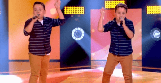 Gêmeos vestidos iguais impressionam e divertem no The Voice Kids