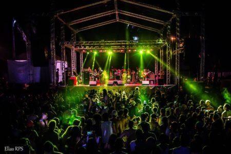 Palco com o show da banda Tribo de Jah no Festival Regado a Reggae 2017, em Itanhaém