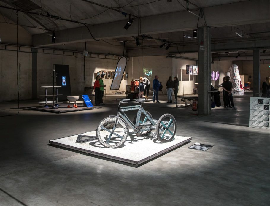 O triciclo de plástico reciclado em exposição entre os projetos de conclusão de curso da Academia de Design de Eindhoven em 2018