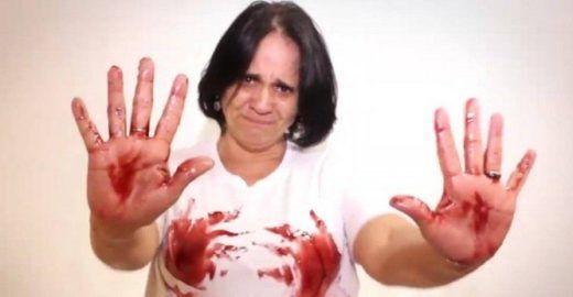Damares Alves aparece em vídeo com as mãos ensaguentadas