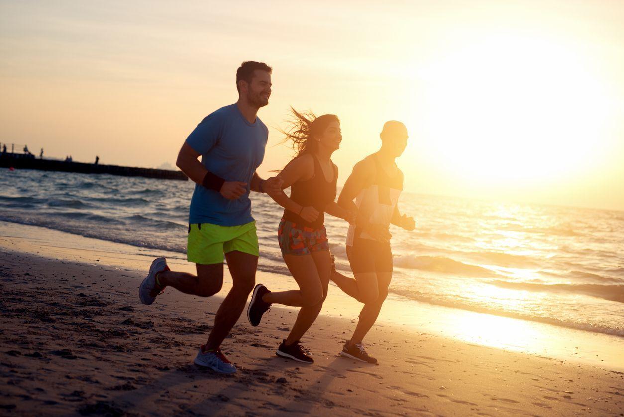 pessoas correndo na praia