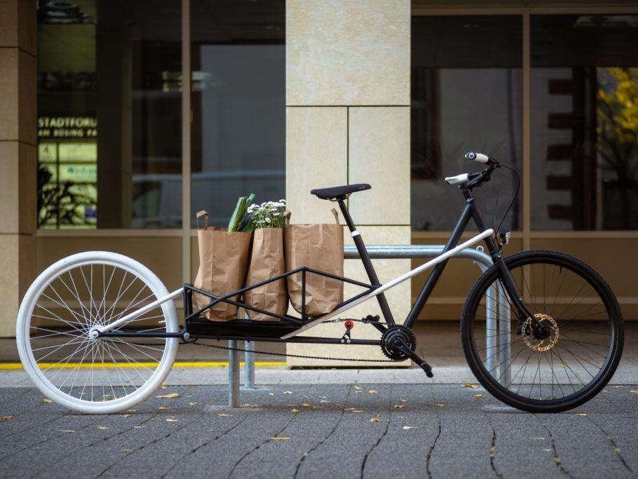 A bicicleta dobrável carrega até 60 kg no suporte para carga