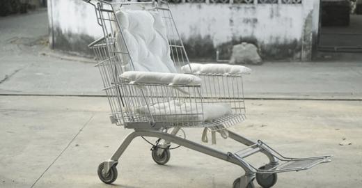 Cadeira de rodas feita de carrinho de supermercado visa incluir