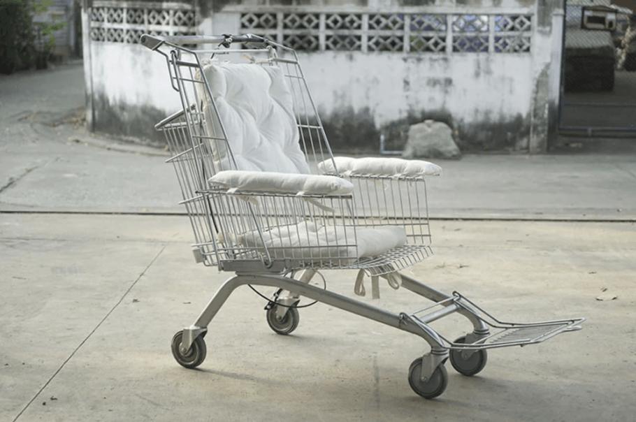 A cadeira de rodas feita de carrinho de supermercado foi pensada para quem tem dificuldade de comprar um modelo tradicional do equipamento
