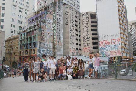 Público da caminha são paulo negra posa para foto no centro de são paulo