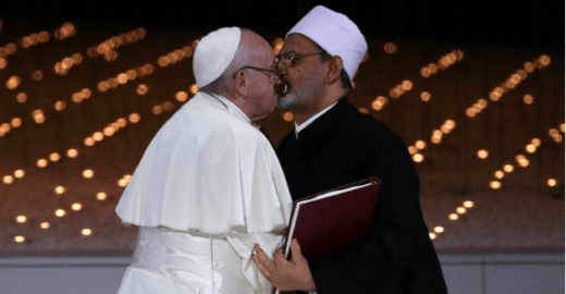 Lição de fotografia: beijo do Papa Francisco não é o que parece