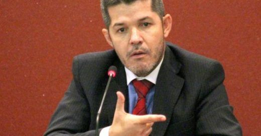 Líder do PSL anda com coldre pelos corredores do Congresso