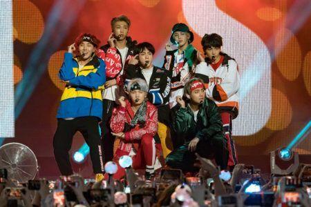 grupo de k-pop bts em show na cidade de los angeles