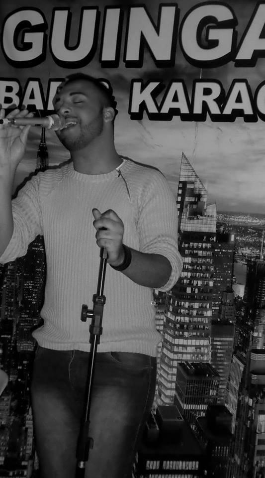homem canta no karaokê do bar guingas em são mateus