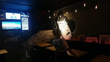 O bar japonês na zona norte que tem duas salas de karaokê para o público