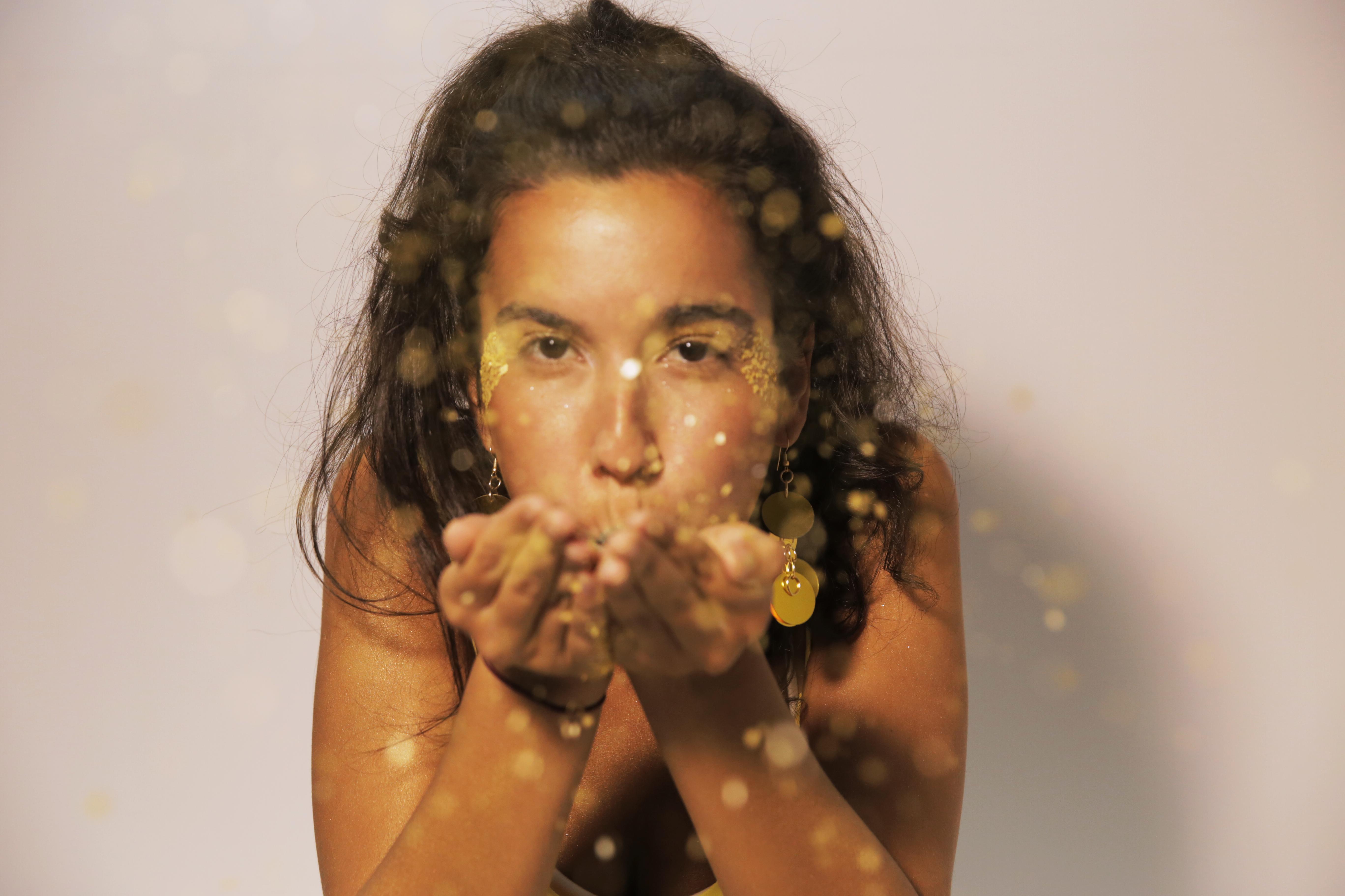 mulher com glitter dourado