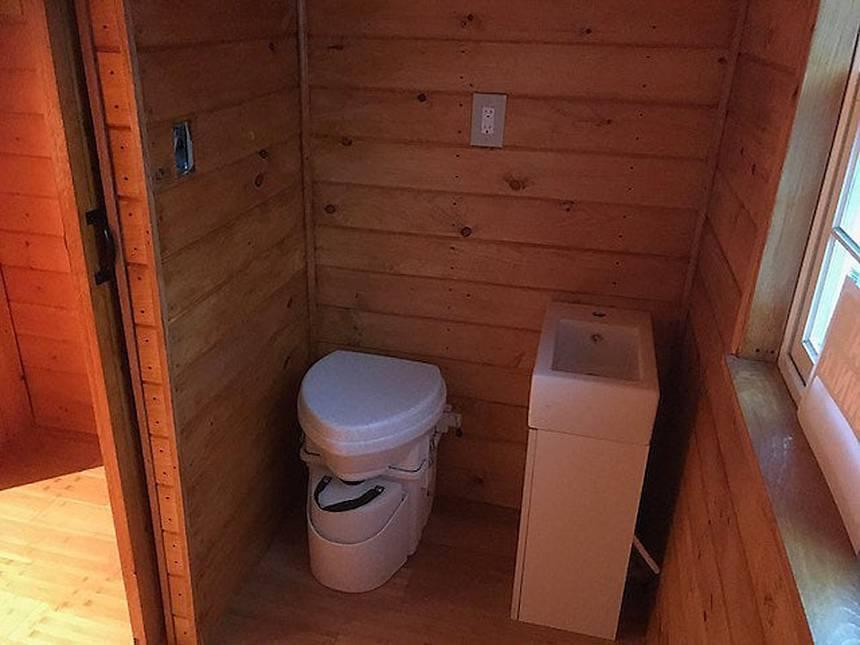 O banheiro tem sanitário compostável