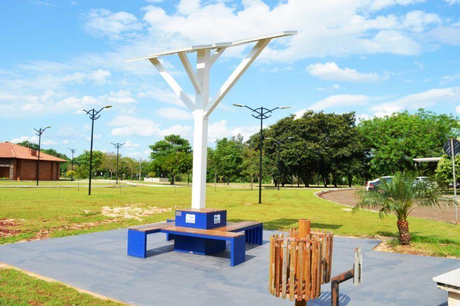 O Projeto Árvore Digital oferece conexão à internet e carregamento do celular em praças de cidades paranaenses
