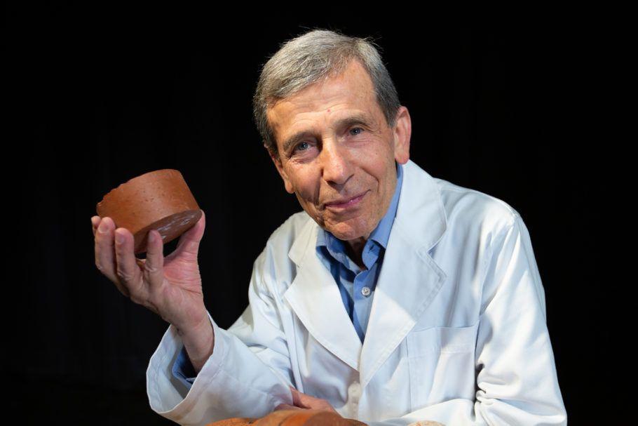 O professor Abbas Mohajerani e sua obra: o tijolo de cocô humano