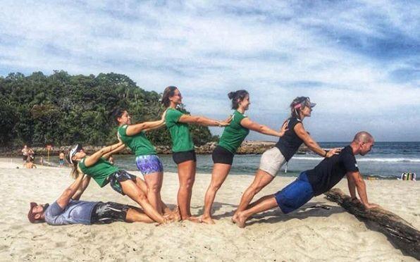 pessoas na praia se exercitando