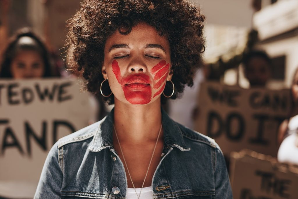 mulher calada pela violência