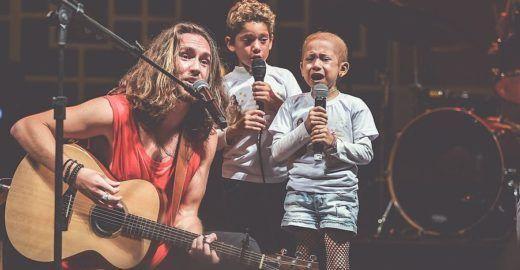 Menina com câncer se emociona ao cantar 'O Sol', de Vitor Kley