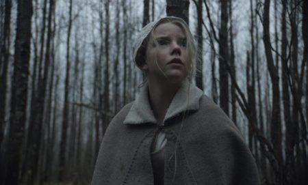 """cena do filme """"a bruxa"""", na qual aparece uma garota na floresta"""