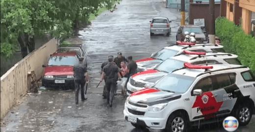 Jovem é agredido por PMs durante bloco da Claudia Leitte