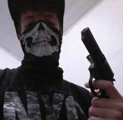 atirador de suzano com arma na mão