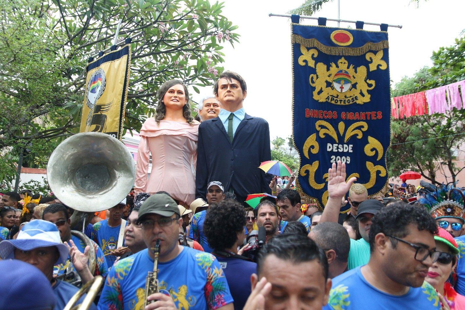 Alegorias de Jair Bolsonaro e Michelle durante folia em Olinda