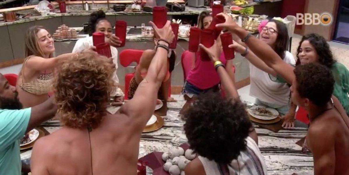 brothers brindando na mesa