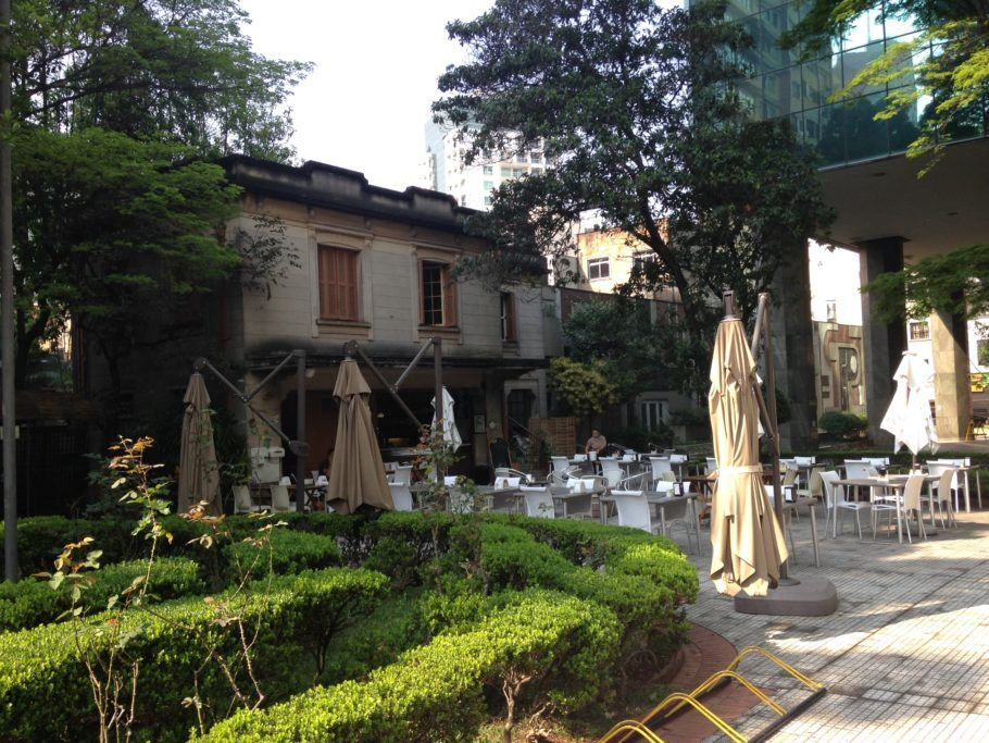 Jardim da Casa das Rosas com cadeiras para tomar café