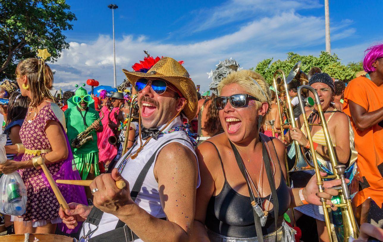 pessoas no bloco de carnaval