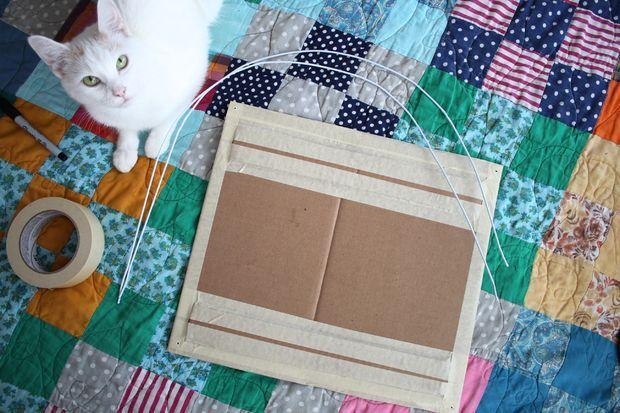 Reforce a base de papelão com fita adesiva