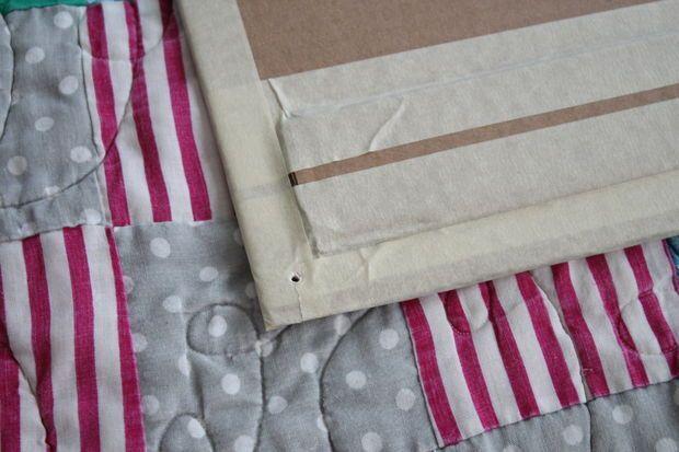 Faça buracos nas extremidades do papelão